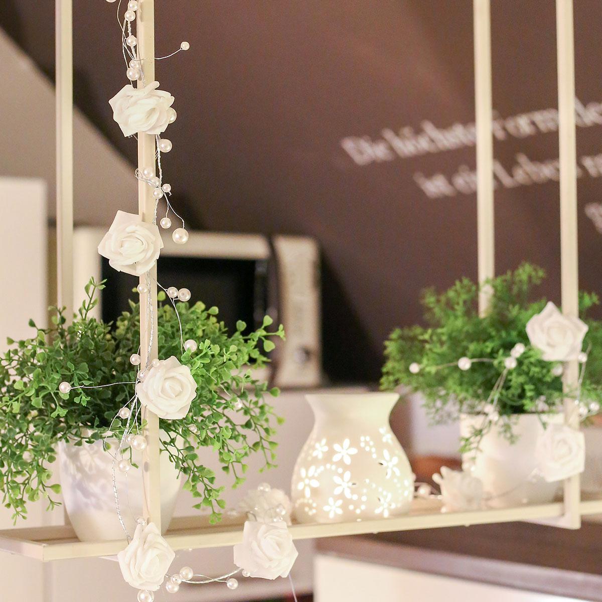 deko-blütenranke, blütengirlande, girlande mit weißen rosen und